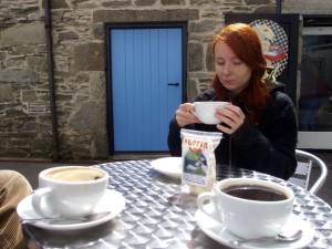 Aina på cafe utendørs