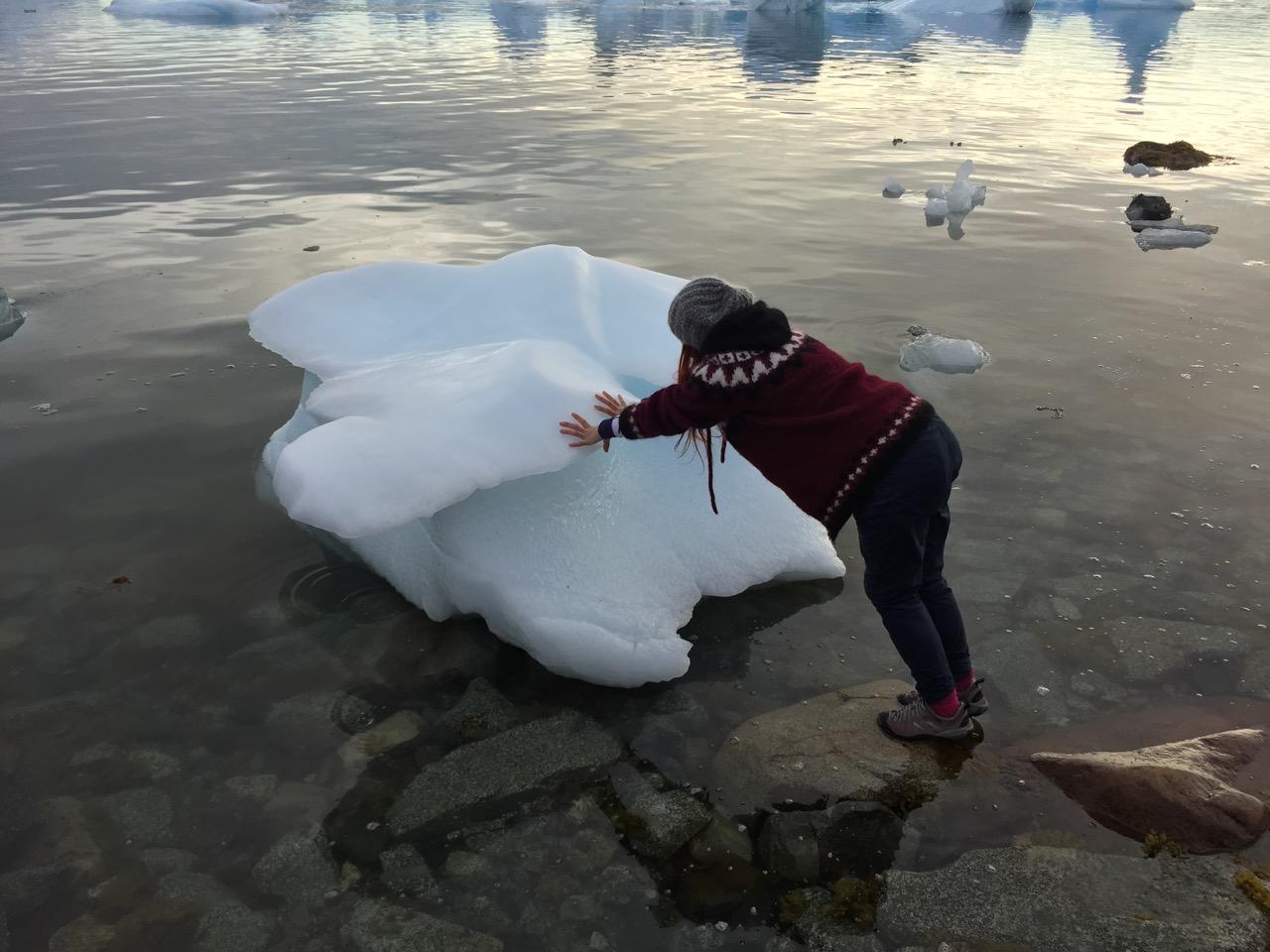 Vanskelig å klatre oppå et isfjell