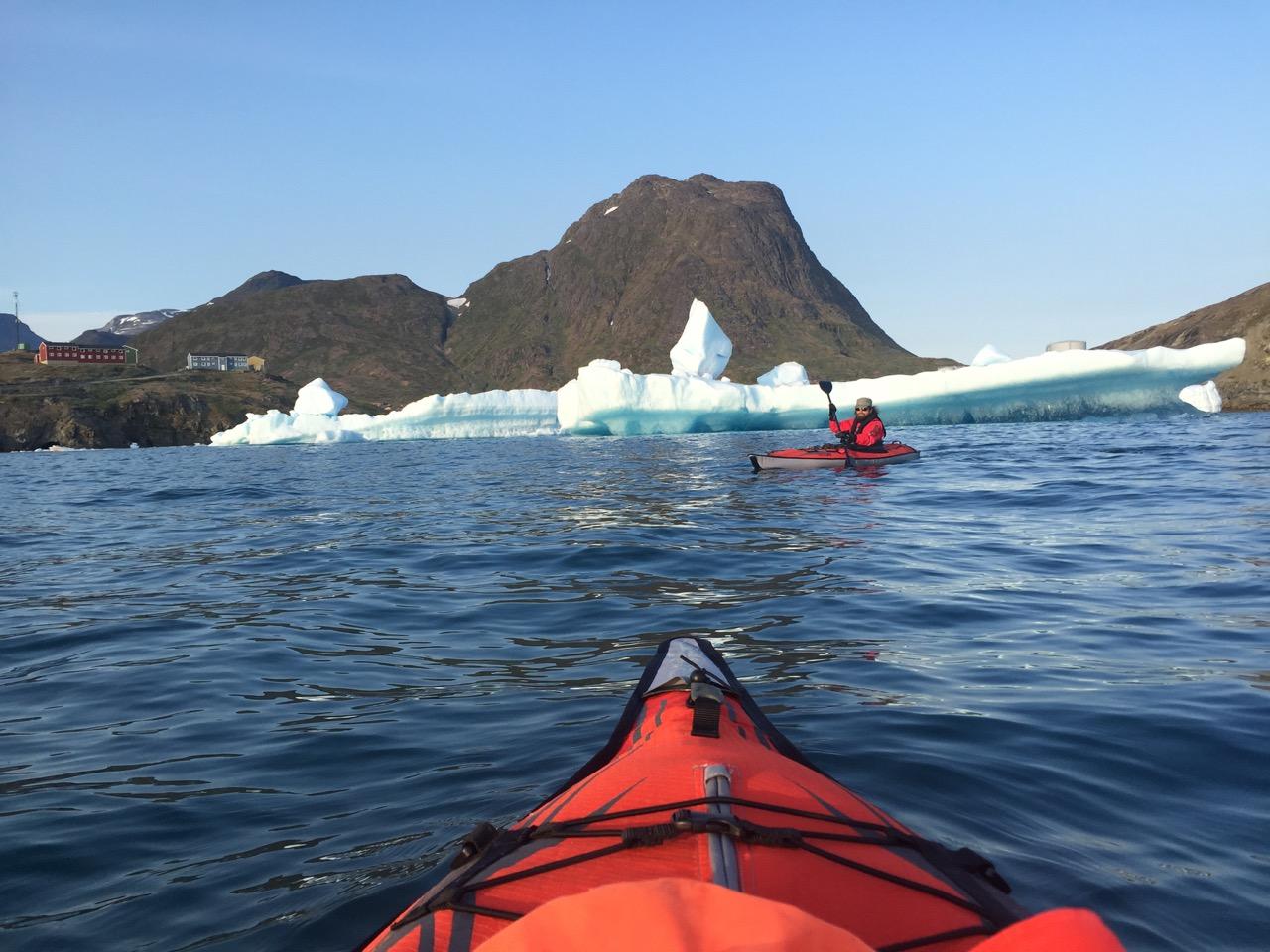 Kajakk tur i området nær et stort isfjell