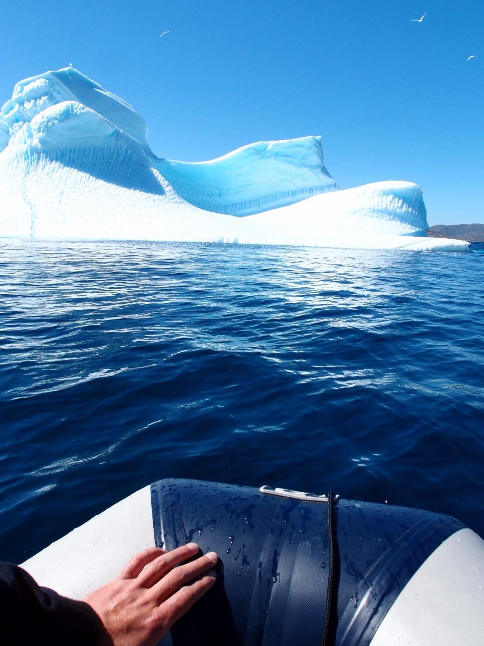 På vei inn til et isfjell